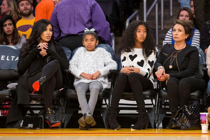 Op een archieffoto van november 2015 ziet u mama Vanessa Bryant, de betreurde Gianna, dochter Natalia en grootmoeder Sofia Laine.  (vlnr)