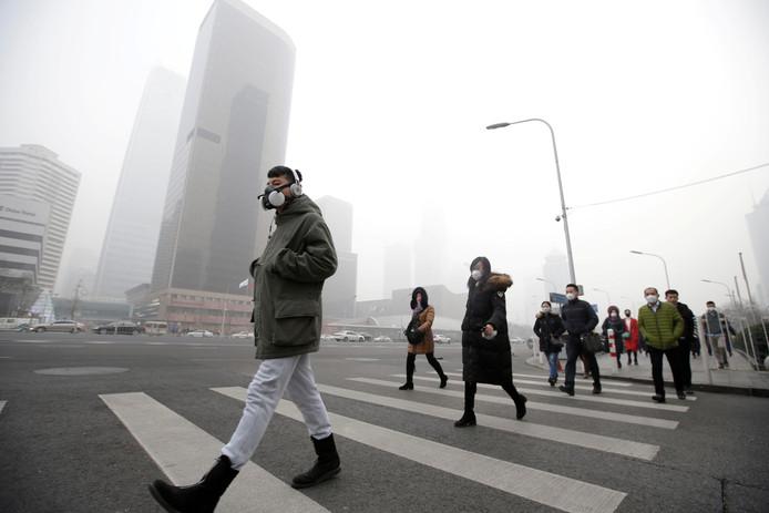 Op sommige dagen is in grote steden, zoals hier in Peking, de smog zo dik dat je overdag de zon niet kunt zien.