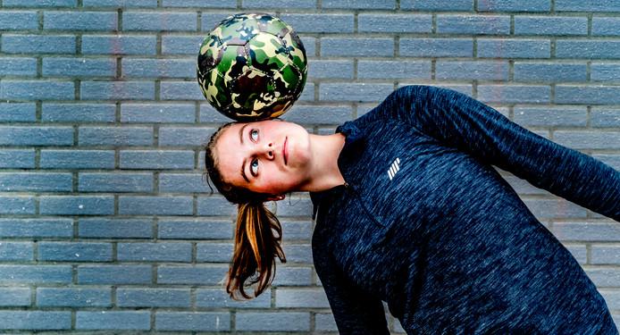 Freestyle voetbalster Jasmijn Janssen.