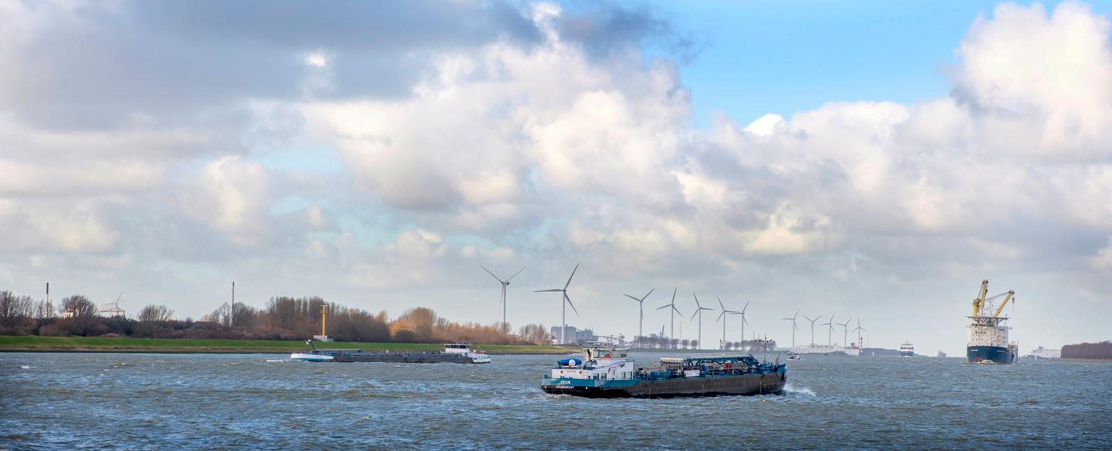 De landtong Rozenburg, gezien vanuit Maassluis. Er komen hogere windmolens.