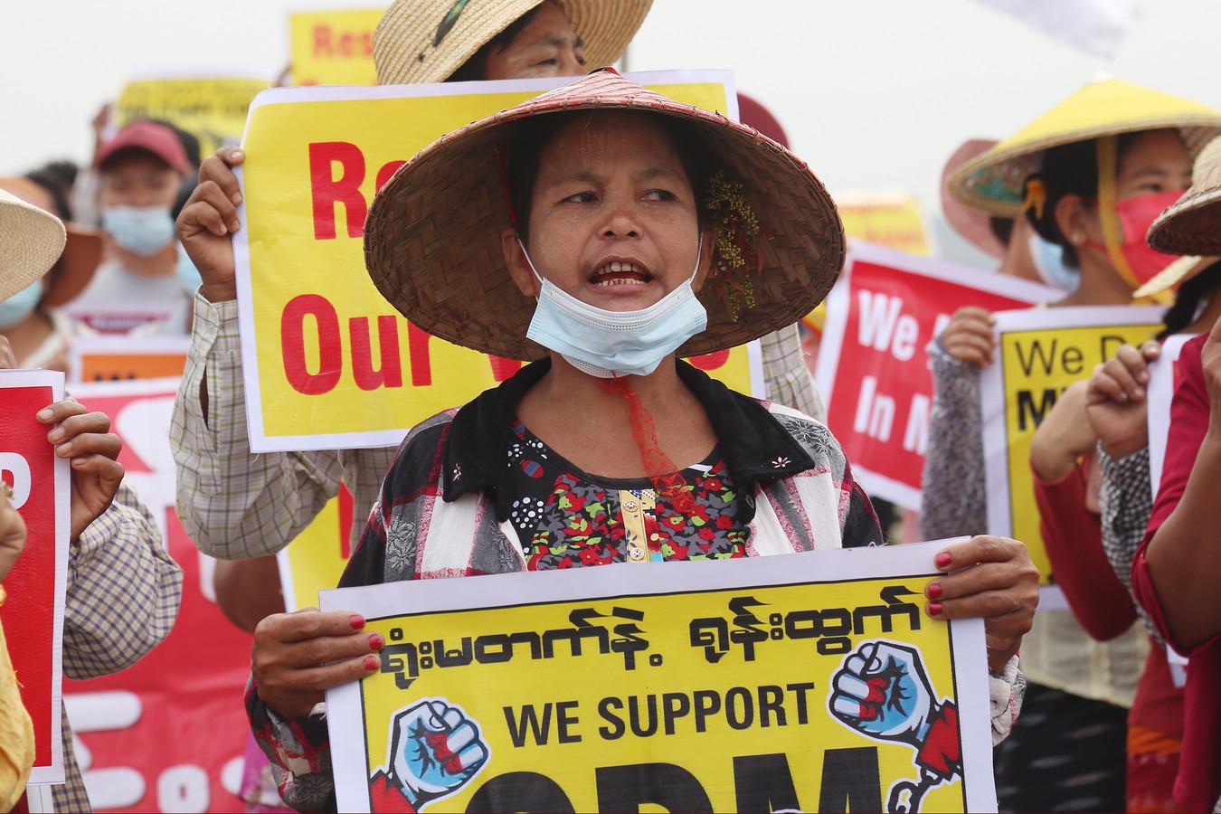 Demonstranten gingen ook vandaag weer de straat op in de stad Mandalay.