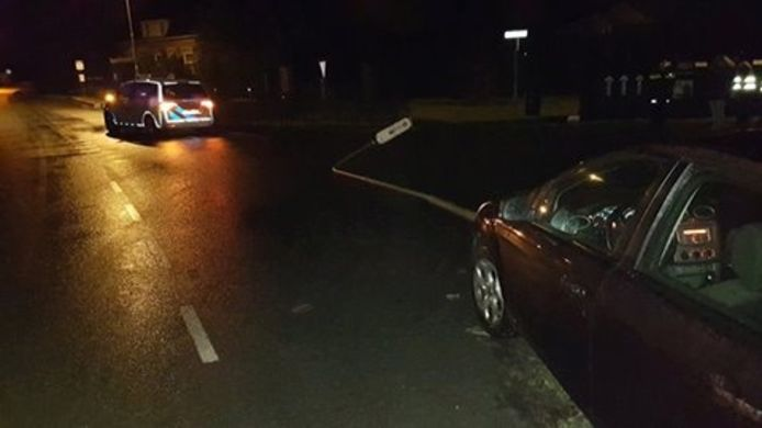 In Koewacht ramde een auto een lantaarnpaal.