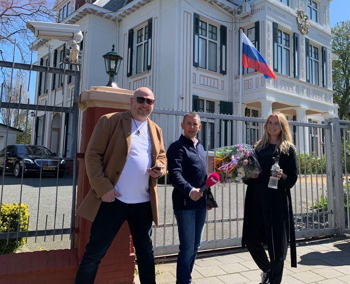 Samen met Powned feliciteren (v.l.n.r.) Jelle Meinesz, Arjen Dubbelaar en Adinda Kennedy de Russische ambassade met hun openstaande parkeerboetes.