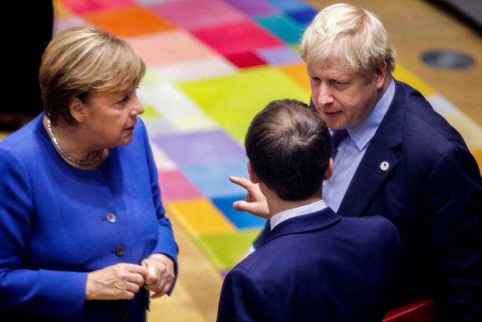 De Britse premier Boris Johnson (rechts) in gesprek met de Franse president Emmanuel Macron (midden) en de Duitse Bondskanselier Angela Merkel.