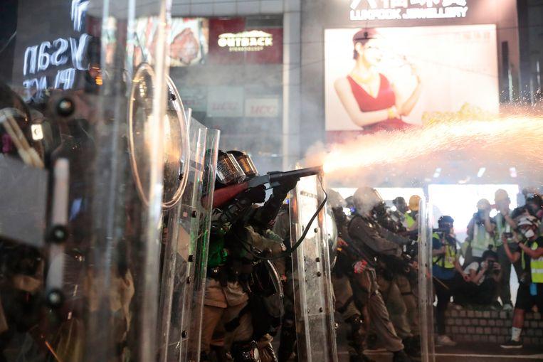 De politie zet traangas in in Hong Kong op zaterdag 31 augustus. Beeld AP
