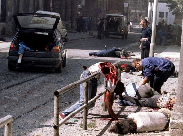 Beelden van de mortieraanval in 1995 op een markt in het belegerde Sarajevo, leiden wereldwijd tot geschokte reacties. De roep om internationaal ingrijpen klinkt luider. Beeld Reuters