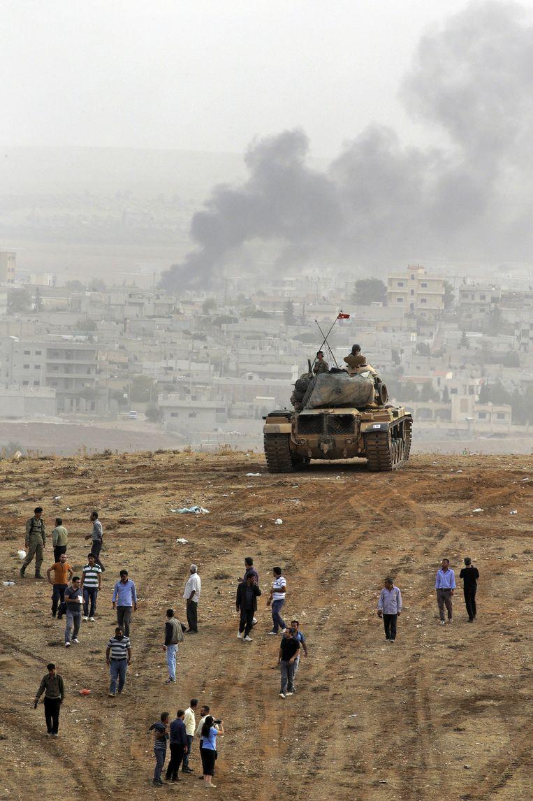 Vanaf de Turkse grens is de belegerde stad Kobani te zien, rook stijgt op van de gevechten tussen IS en de Koerden. Beeld ap