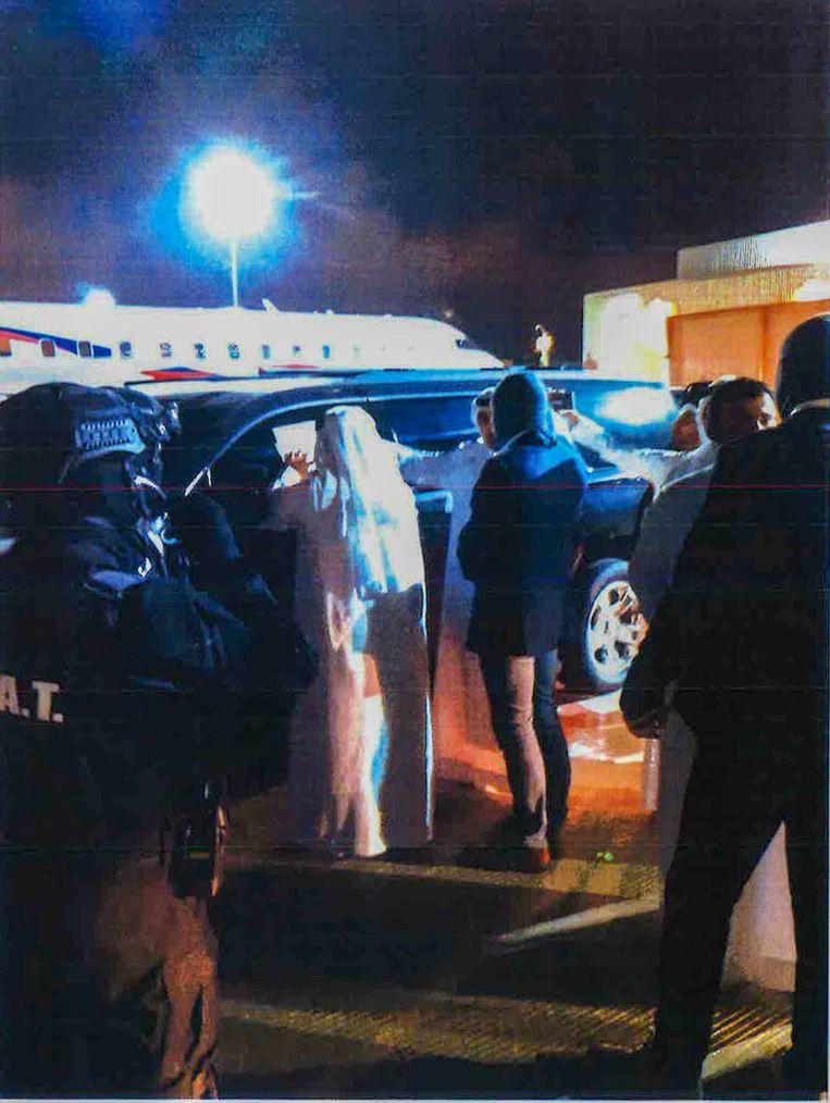 Eenheden van de Dubai Police en Nederland op het vliegveld waar Taghi wordt overgedragen aan de Nederlandse autoriteiten Beeld Marengo-dossier