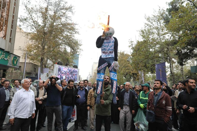 Iranians burn a doll representing Israel and America during a demonstration outside the former US embassy in the Iranian capital Tehran on November 4, 2017. Beeld AFP