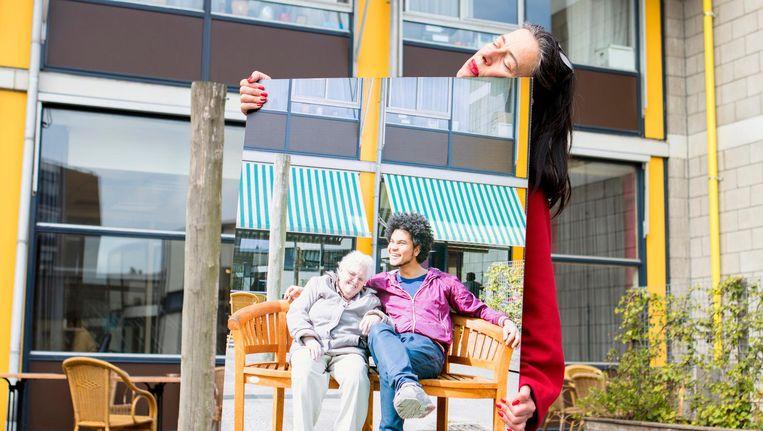 Adelheid Roosen met een foto van mevrouw Van Ingen en Kevin Klein, die twee weken bij mevrouw Van Ingen in het verzorgingshuis woonde. Beeld Marques Malacia