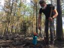 Graven, natmaken en toedekken: Dolf van Beers van Scouting The Challenge helpt mee nablussen