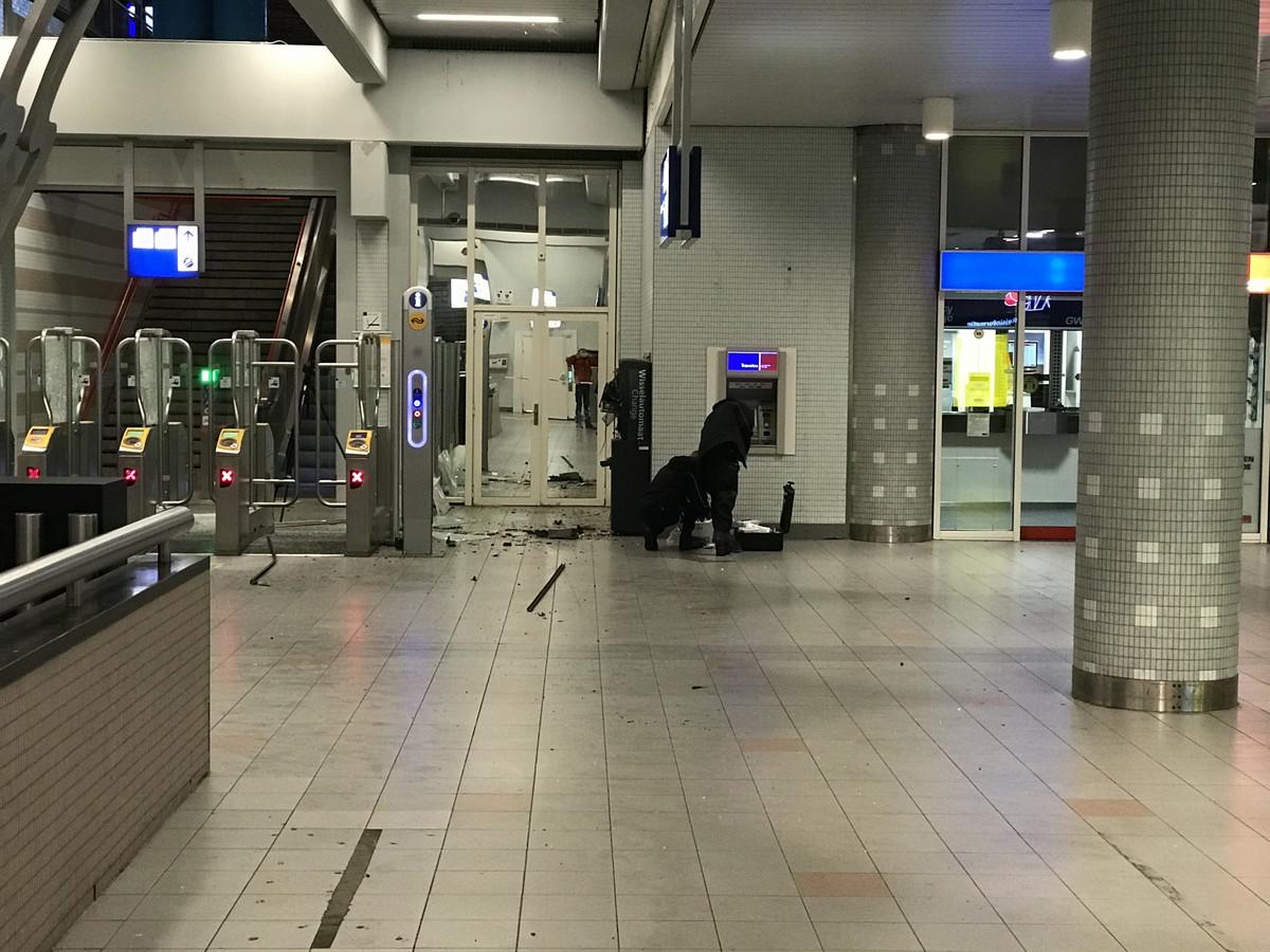 Politiemensen doen onderzoek na de plofkraak op station Lelystad.
