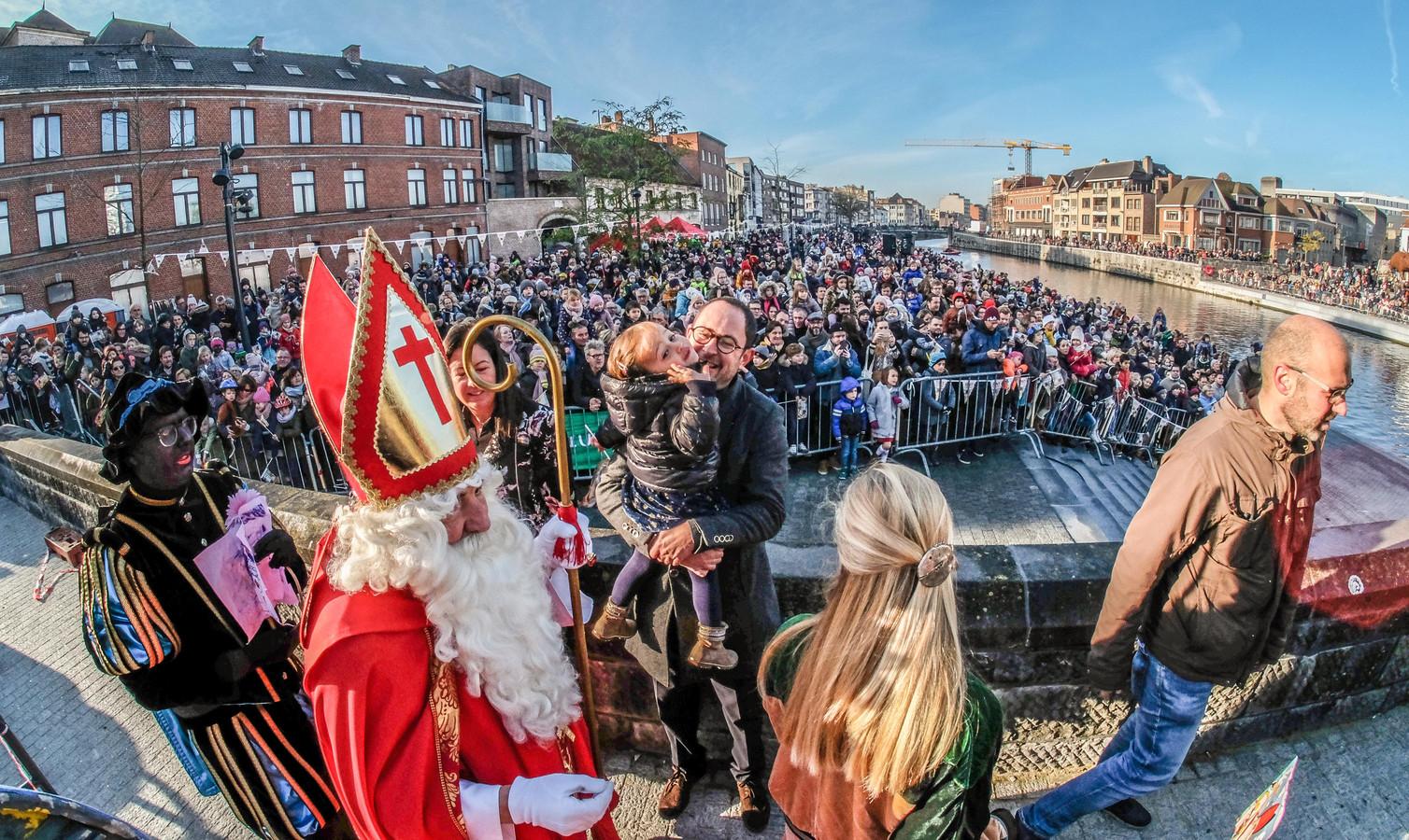 Burgemeester Vincent Van Quickenborne kwam de Sint tegemoet met zijn dochtertje Bo op de arm.