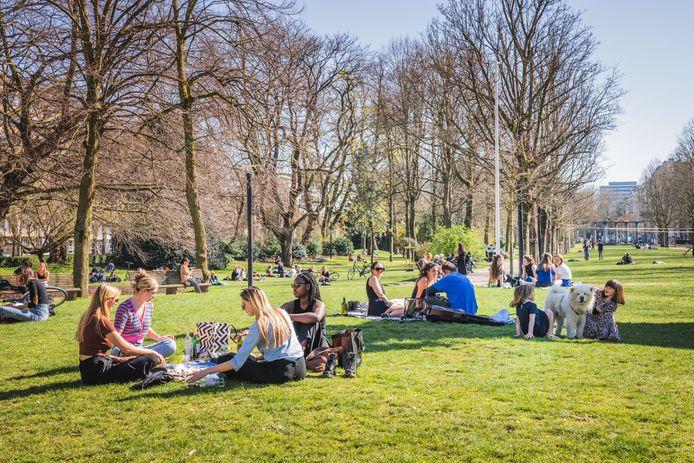 Bezoekers genieten van de zon in het Zuidpark in Gent.