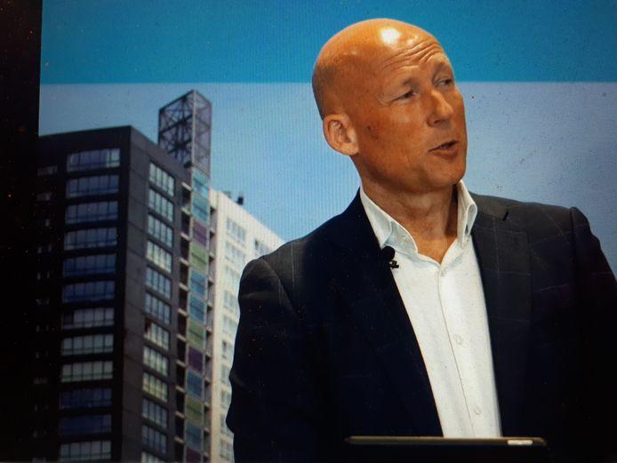 Wethouder Jan Willem Mijnans geeft uitleg op de online-bijeenkomst over de bouw van een torenflat in Spijkenisse-Noord.