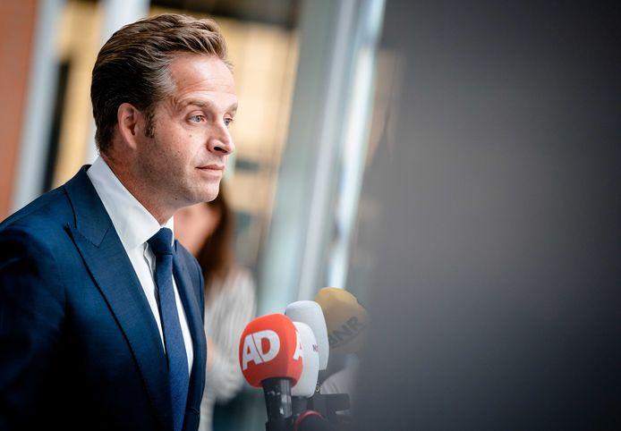 Minister Hugo de Jonge van Volksgezondheid kondigt een bonusregeling voor zorgpersoneel aan.