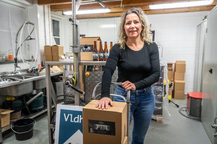 Ellen Verhoeven van de Veldhovense bierbrouwerij heeft ter gelegenheid van het 100 jarig bestaan van de gemeente een nieuwe bier gebrouwen.