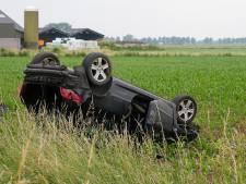 Auto belandt op de kop in maïsveld in Lith