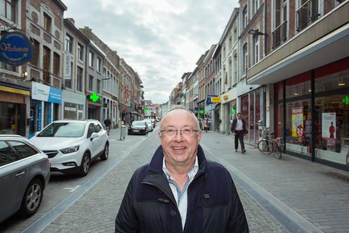 Schepen van Middenstand Jos Pierard (Open Vld) in de Luikerstraat.