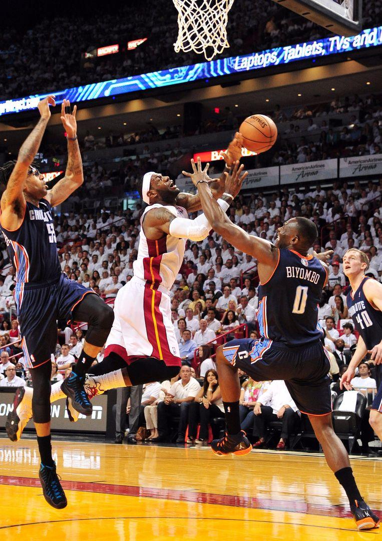 LeBron James onder de basket. Beeld reuters