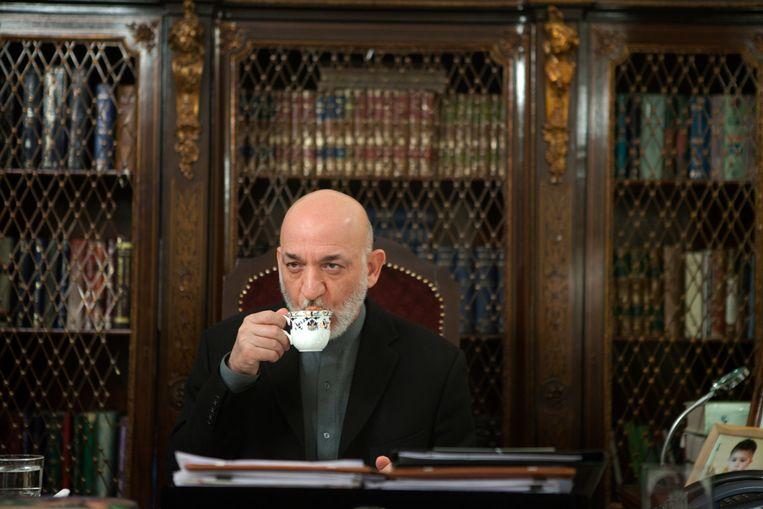In de winter van 2001 probeerden Taliban een overgave uit te onderhandelen met de latere president Hamid Karzai. De Amerikaanse minister van Defensie zei nee, want: met vrienden van terroristen doen wij geen zaken.  Het bleek een vergissing. Beeld