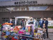 """'Burgerplicht' schenkt berg speelgoed aan UZ Gent en AZ Sint-Lucas naar aanleiding van Suikerfeest: """"We zijn gewoon allemaal Gentenaars"""""""