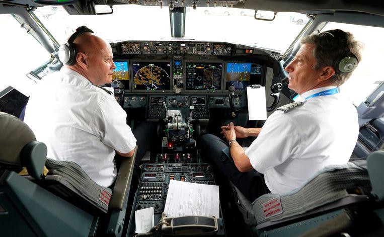 Piloten Pete Gamble en John Konstanzer zijn klaar voor de vlucht met een Boeing 737 Max van Dallas naar Tulsa. Beeld AP