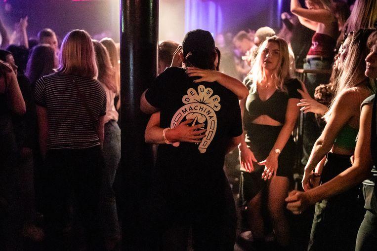 Uit in club Bitterzoet in Amsterdam, op de eerste avond dat het weer mag. Beeld Joris van Gennip