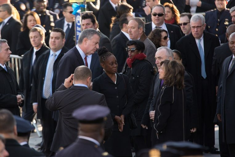 De burgemeester van New York, Bill de Blasio, voor aanvang van de begrafenis van politieagent Rafael Ramos.
