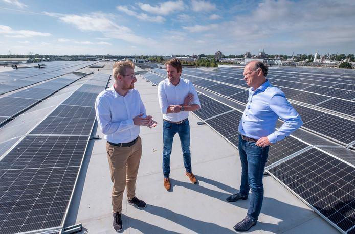 Jochem Compiet (Zeeuwind), Rob Jeras en Krijno Davidse (vlnr) op het dak van Weststrate tussen de ruim duizend zonnepanelen. Foto Dirk-Jan Gjeltema