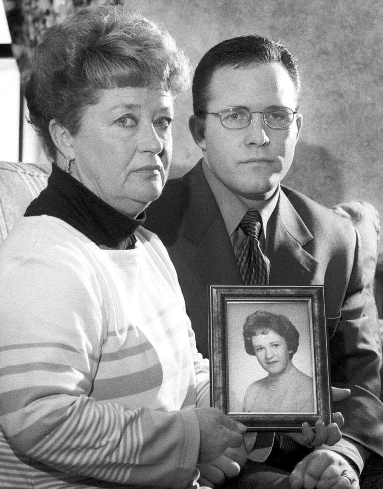 Casey Sherman (R) met een foto van zijn vermoorde tante Mary Sullivan. Beeld AP