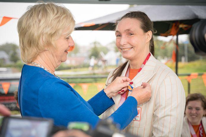 Mariska Beijer is benoemd tot Ridder in de Orde van Oranje-Nassau. Burgemeester Agnes Schaap speldt haar de bijbehorende versierselen op.