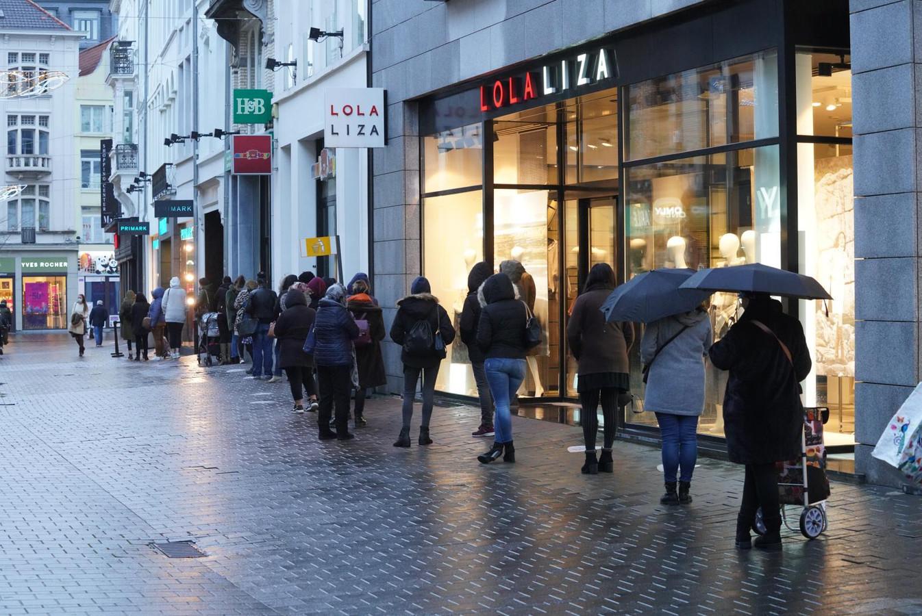 Aan de Primark stond dinsdagochtend meteen een rij van een veertigtal shoppers.