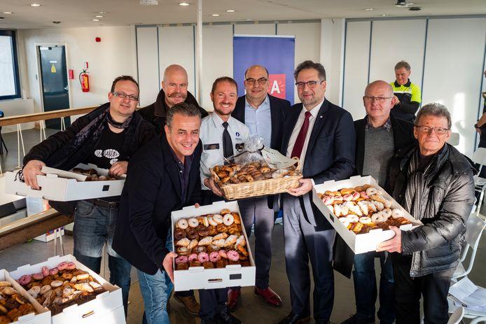 Hassan Aarab, vooraan, speelde een huzarenstukje klaar: hij bakte 3.300 koffiekoeken voor het hele Antwerpse politiekorps. Centraal herkent u ook korpschef Serge Muyters; Nico Volckeryck (NSZ) en schepen Koen Kennis.