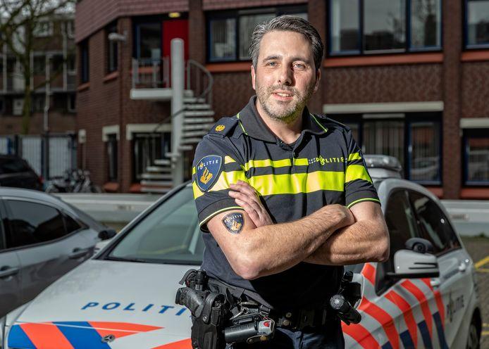 De stoere wijkagent Kahlil is de bedenken van de tatoo-hit van het politie-embleem. Het Zoetermeerse initiatief krijgt landelijke navolging.