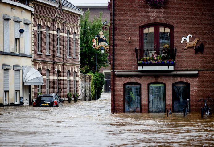 Straten in het centrum van Valkenburg onder water.