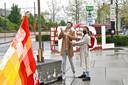 Jaimie en Deniza hijsen de regenboogvlag.