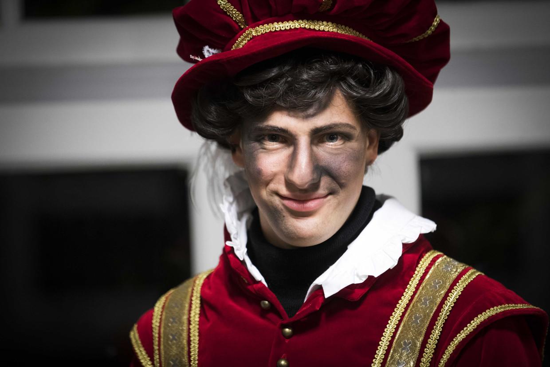Een Amsterdamse schoorsteenpiet is te herkennen aan de roetvegen in het gezicht. De nieuwe pietenpakken van de stad zijn geïnspireerd op de kleding van Spaanse edellieden uit de zestiende eeuw.