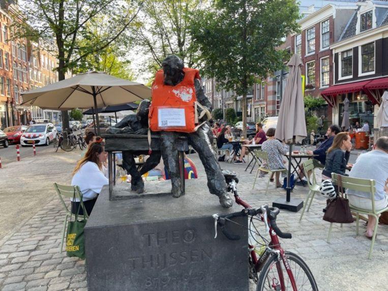 Het beeld van Theo Thijssen heeft ook een zwemvest om gekregen. Beeld Comité Wake Amsterdam