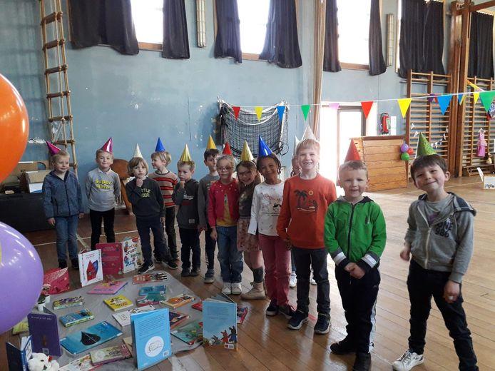 Iedereen ontving een feesthoedje en kon veilig en per klasbubbel genieten van de verschillende eilandjes met aparte boekenthema's.