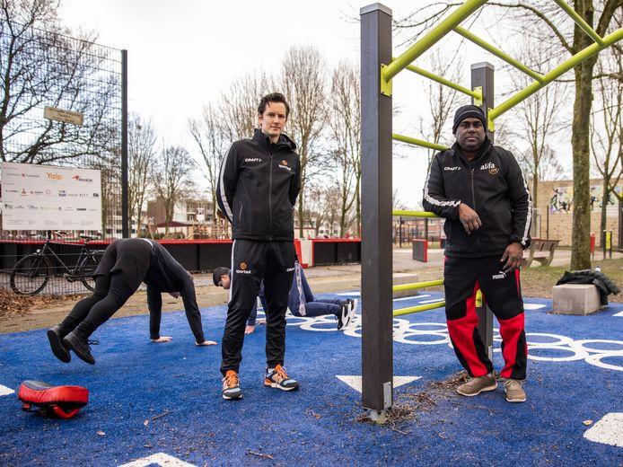 Jongerenwerker Sagar Bhagoe (rechts) en combifunctionaris sport en onderwijs Mannes Verwer op Boswinkel Plaza in Enschede. Deze Playground kreeg een digitale upgrade en doet nu ook dienst als outdoor classroom.
