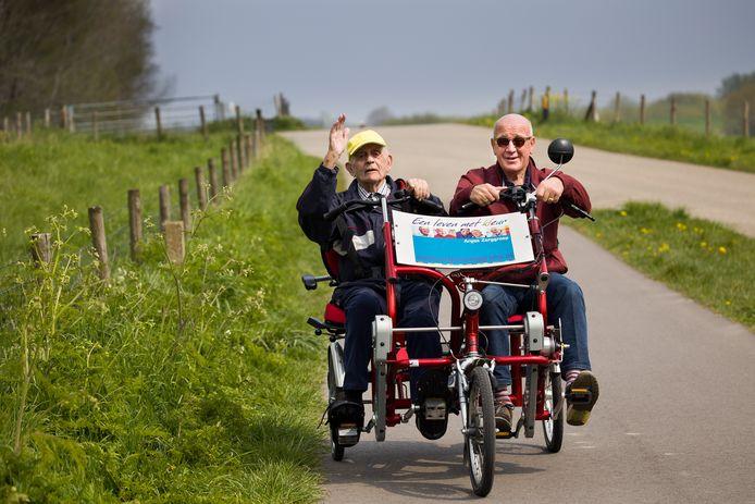Andre Hazelaar (92 jaar) is al volledig gevaccineerd. Dus niets weerhoudt hem er meer van om bij mooi weer, zoals vandaag, lekker met IJsbrand van Hengel (71, wordt morgen gevaccineerd ) te gaan fietsen.