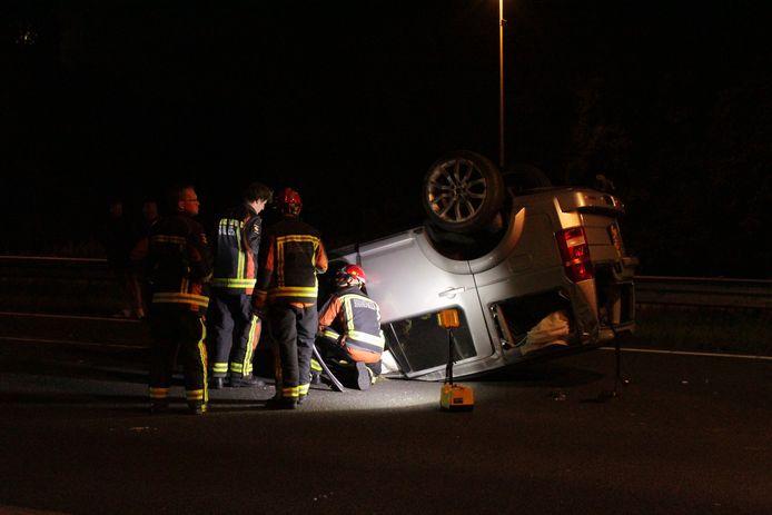 De auto belandde ondersteboven op het wegdek van de A12.
