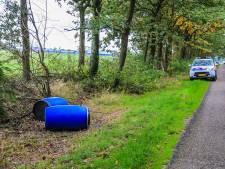 Onderzoek naar twee gevonden vaten langs weg bij Asten