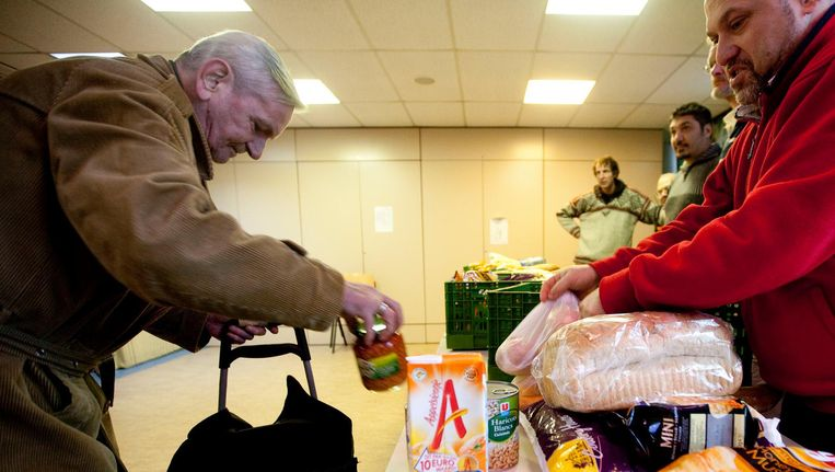 De meeste armen wonen in Amsterdam, Rotterdam en Den Haag. Op deze archieffoto is te zien hoe voedselpakketten worden uitgedeeld in Den Haag. Beeld Archieffoto ANP