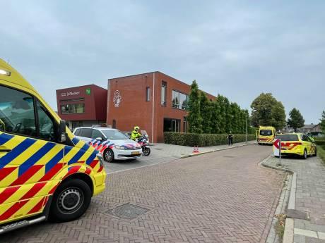 Kind zwaargewond door aanrijding bij basisschool in Kerkdriel, betrokken automobilist stopt straat verderop
