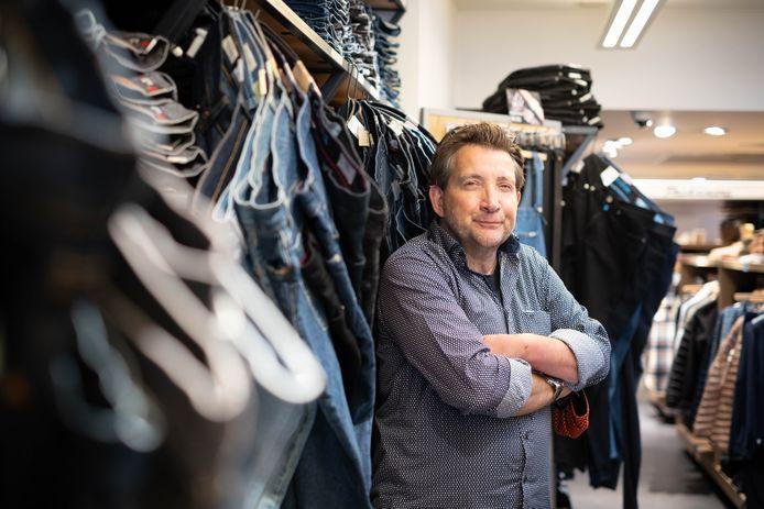 Sjampion Jeans bestaat 40 jaar. Zaakvoerder Wim Vervoort poseert trots in zijn winkel