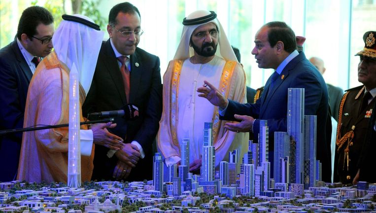 De Egyptische president Abdel Fattah al-Sisi (rechts) legt aan de leider van Dubai uit hoe de nieuwe Egyptische hoofdstad vorm gaat krijgen. Beeld afp