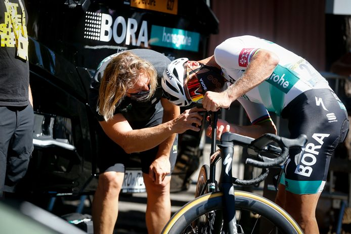Peter Sagan kijkt zijn fiets na