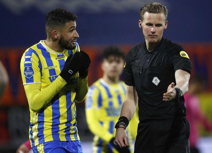 RKC-verdediger Ahmed Touba (links) probeert Sander van der Eijk nog op andere gedachten te brengen, maar de scheidsrechter wijst gedecideerd naar de strafschopstip.